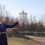 Театрализованная экскурсия по Кремлю и центру города со средневековой горожанкой Младой от туроператора «Атмосфера путешествий» в Пскове